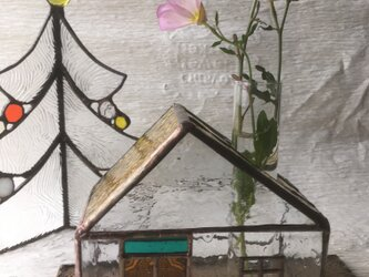 お家型の一輪挿し ステンドグラスの画像