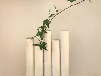 不揃いの白い花器の画像