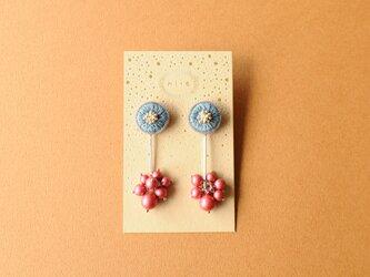 <titi~ナンデモナイヒノ耳飾~>刺繍ピアス◎薄花色の耳飾りの画像