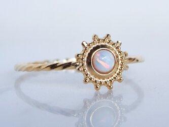 ホワイトオパール・太陽モチーフ・ツイストリングの画像