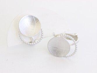 Round vein pearl wire  葉脈パール線イヤリングの画像