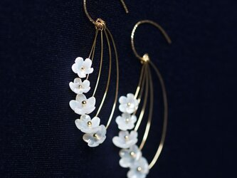 白蝶貝の細工による姫リンゴの花のフックピアス ~Crabapple flowerの画像