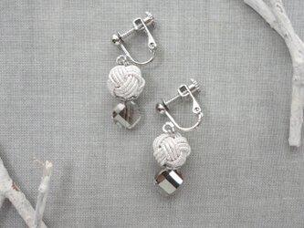 カットガラスとホワイト水引玉のイヤリングの画像