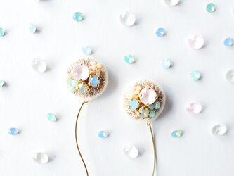 <titi~ナンデモナイヒノ耳飾~>刺繍イヤリング◎フラワーシャワー/FlowerShowerの画像