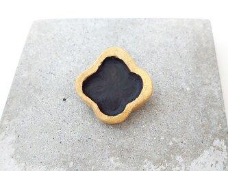 クローバー1(ブラック×ゴールド) 陶土ブローチの画像