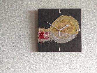 布と糸の壁掛け時計の画像