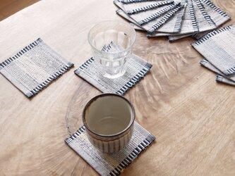 爽やかな白&紺・かわいいサイズの裂き織りコースター3枚セット 木綿・手織りの画像
