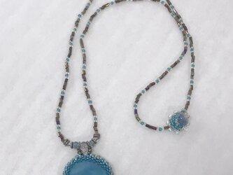エメラルドブルーのガラスのネックレス の画像