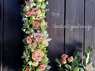 ''初夏に向けて12種の草花を紡いだ縦長ガーランド''の画像