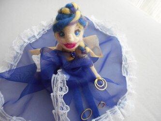 ちょこんと座る女の子ドレス人形の画像