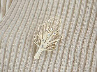 雨上がりの葉ブローチ[しろ] - ペーパージュエリー, 紙製の軽いブローチの画像