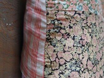 リバティパッチワーククッションカバー 赤、ピンク系小の画像