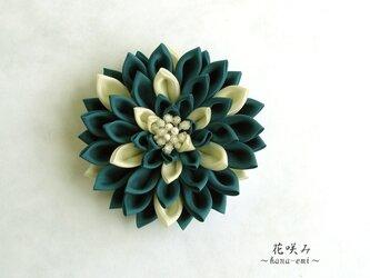 《新色》花咲み ダリアのコサージュ/ブローチ 青緑×クリームホワイト 中 つまみ細工《卒業式、入学式、結婚式》の画像
