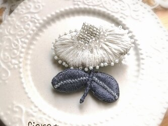 小さな花*刺繍ブローチの画像