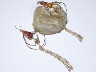 天然琥珀(アンバー)のデコラティブリーフロングピアスの画像