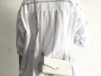 牛シュリンクレザーと牛床ベロアのシンプルお財布ショルダー[オフホワイト]の画像