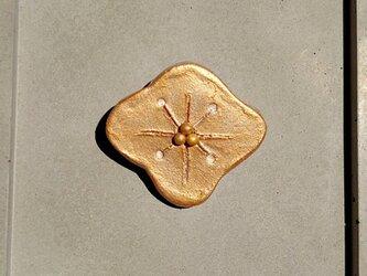 花ふわり6(オレンジゴールド) 陶土ブローチの画像