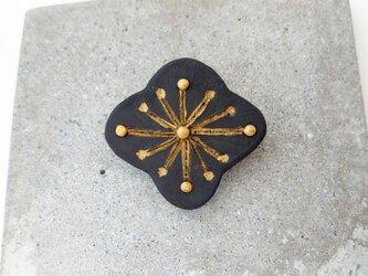 花ふわり7(ブラック) 陶土ブローチの画像