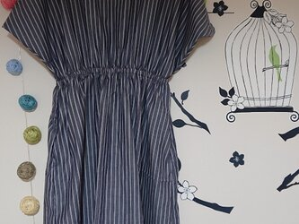 変形ドレープ袖のワンピース コットン  レールストライプ  ネイビーの画像