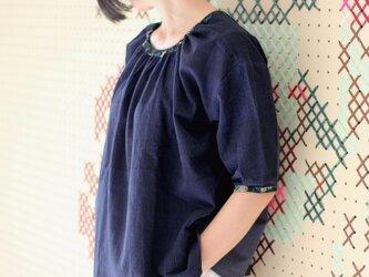 手織り綿とブロックプリントの五分袖ブラウス【ネイビー】の画像