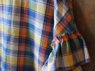 送料込綿麻マドラスチェックフリル袖ブラウスの画像