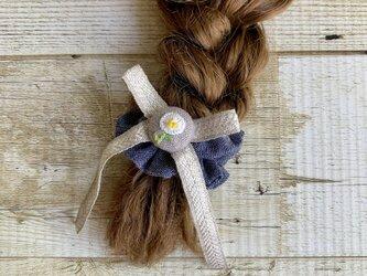 大人かわいい手刺繍お花とリボンのスマートシュシュ リネンリボン ボタンの画像