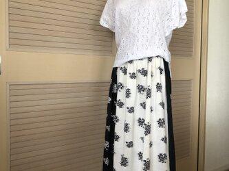 訳あり 接ぎ・送料込・着痩せモノトーンのバラ柄 上品なロング丈スカート・ウエストゴムの画像