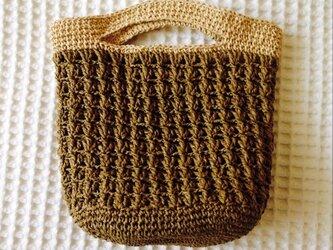 麦わら素材の手提げバック(濃い茶色)の画像