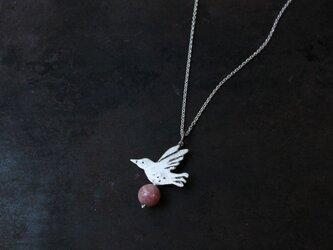 鳥とインカローズのネックレスの画像