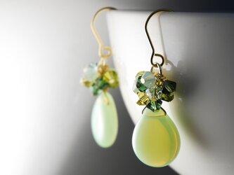 【mさまご注文分】チェコガラスとスワロのじゃらじゃらピアス ミルキーペリドットの画像