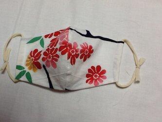 白地に赤いお花が素敵なマスクの画像