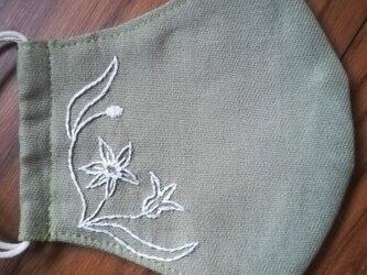 手刺繍☆きれいな横顔☆リネンの立体マスク(庭石菖、しろ)の画像