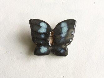 陶ブローチ 水際の蝶#2の画像