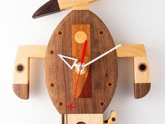 木の時計:パンツを履いた犬の画像