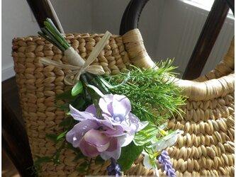 カゴバッグに涼しげなパープルの野の花コサージュを添えて**の画像