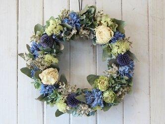 白い芍薬とバラの初夏リースの画像