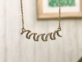 """Wave Crown Pendant """"形の良い5つの波が胸元で揺れるペンダント""""の画像"""