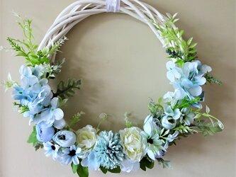 淡いブルーのお花のリースの画像