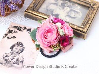 ピンクのラナンキュラスと薔薇のヘアゴム お花 ヘアゴム 髪飾り パール お出掛け ヘアアクセサリーの画像