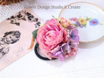 ピンクのラナンキュラスと紫陽花のヘアゴム お花 ヘアゴム 髪飾り パール お出掛け ヘアアクセサリーの画像