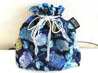 リバティ紫陽花ネイビーの巾着袋の画像