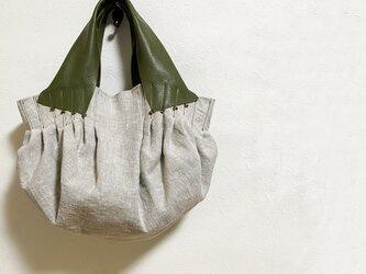 タックがいっぱいのバルーン型リネンかばんの画像
