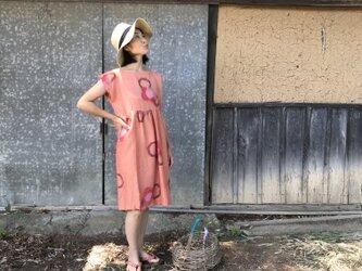 サーモンピンクのフレンチスリーブワンピースの画像