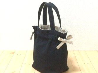 カッコいい組み合わせ ブラック×アーモンドベージュの紐リボン キャンバス生地 今年一押しのい巾着バッグ  ポケット 2WAYの画像