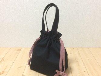 定番色で可愛く ブラック×アイビーレッドダンガリーの紐リボン キャンバス生地 今年一押しのい巾着バッグ ポケットの画像