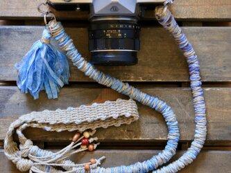 テープヤーンの麻紐ヘンプカメラストラップblue(2重リング)の画像