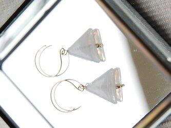 インドビーズの三角ピアス 白の画像