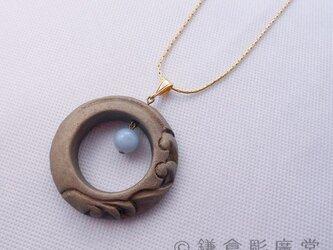 【彫刻】【漆】ペンダント 円 月に波(錫粉蒔・アクアマリン)の画像