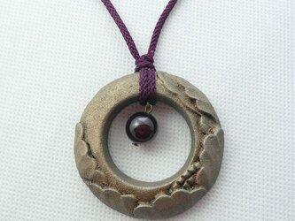 【彫刻】【漆】ペンダント 円 牡丹(錫粉蒔・ガーネット)の画像