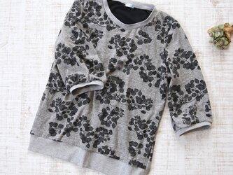 【L】七分袖プルオーバー*カットソー 黒×グレー 植物・花柄の画像